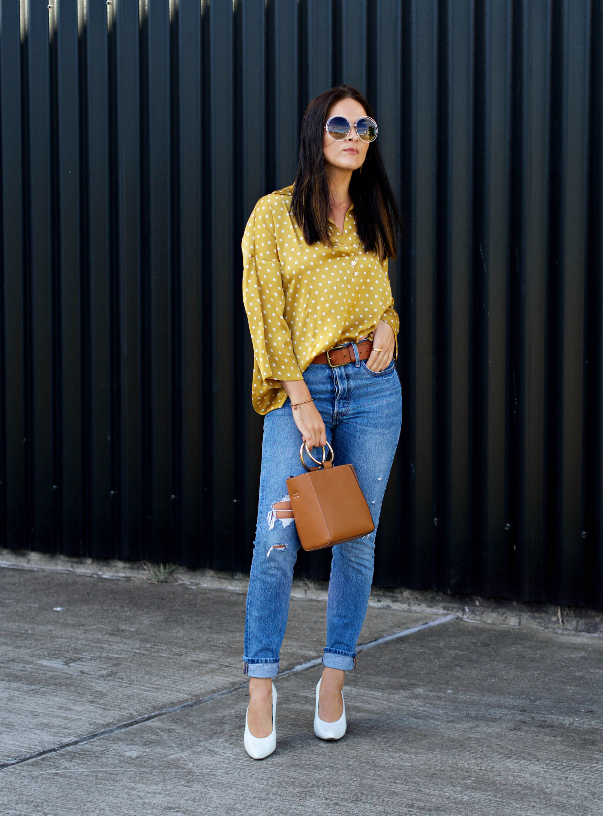 STREET STYLING - POLKA DOT YELLOW SHIRT OVERSIZED WITH LEVIS JEANS AND WHITE HEELS - FASHION BLOGGER LAFOTKA